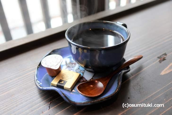 唐橋焼(からはしやき)のコーヒーカップに注いで完成です