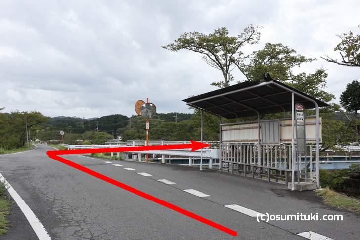 ふくろう珈琲店さんの東側、川沿いの道からバス停のある橋で右折