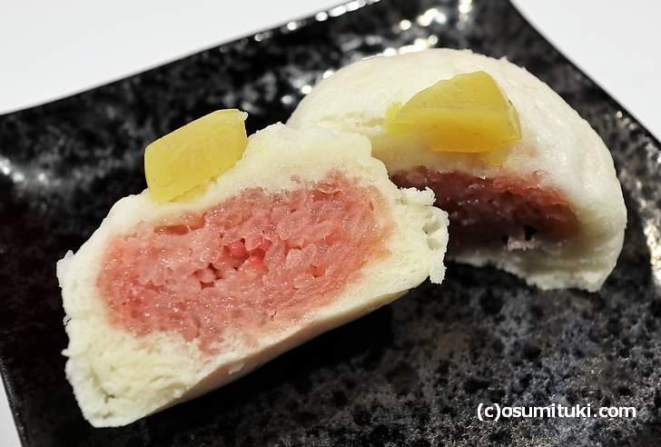 赤飯饅頭(赤飯まんじゅう)とは赤飯が入った饅頭のことです