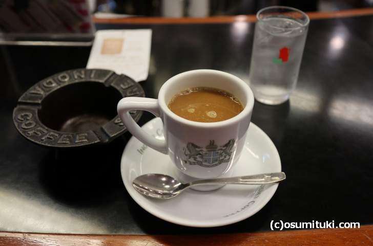 左にモクモク皿、右にイノダコーヒー