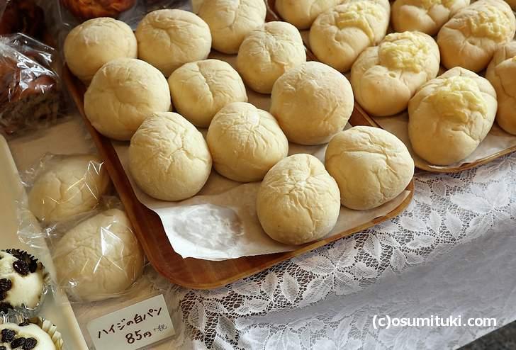 これが名物の「ハイジの白パン」素朴で懐かしい味わい