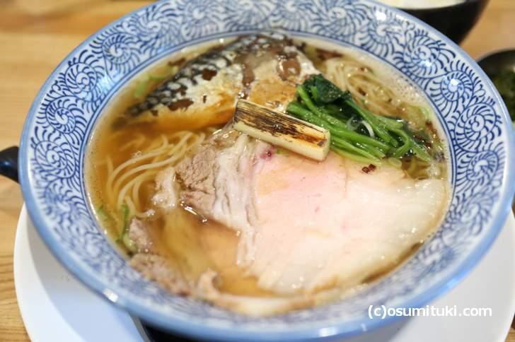 羅臼昆布と鯖節のスープは風味豊かです