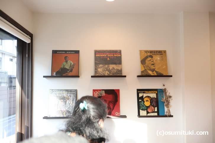 先代のお父様がコレクションしていたレコードが飾られています