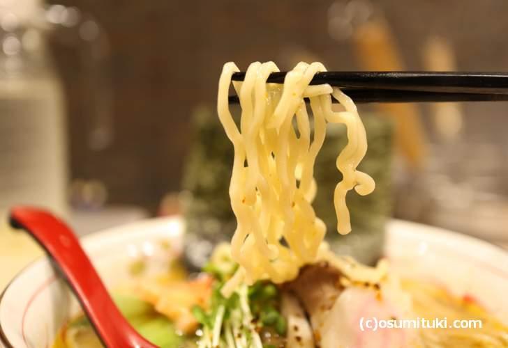 麺は北海道から取り寄せた縮れ太麺