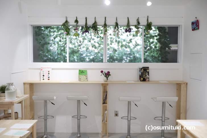 カフェ「Senbon Lab.」お花が飾られてソファ席もある落ち着いたカフェです