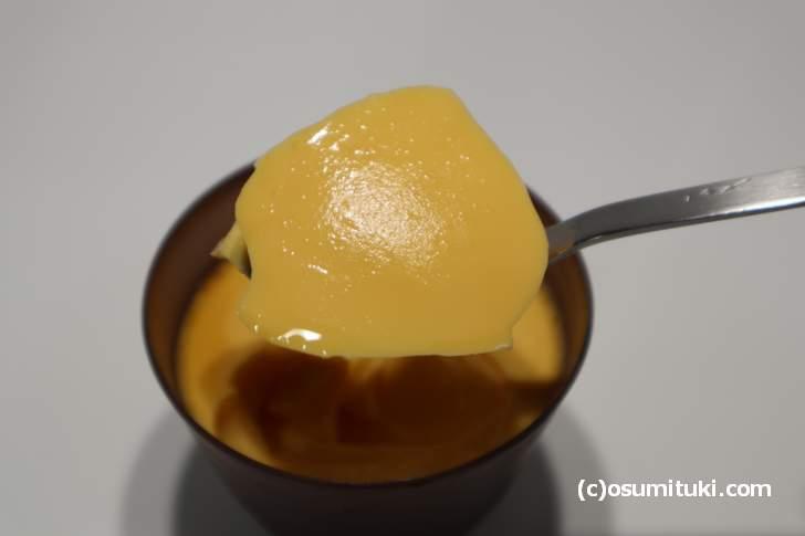 七彩の風プリンは高級プリンの味わいだけど、大人向けではなく子供でも食べられる味