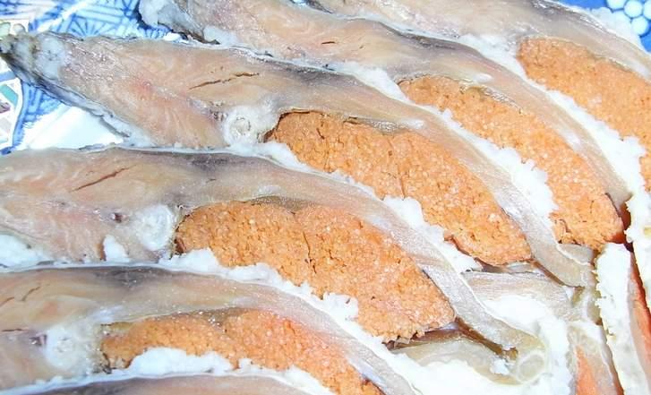 メスの鮒寿司、子持ちでオレンジ色の魚卵が見えます