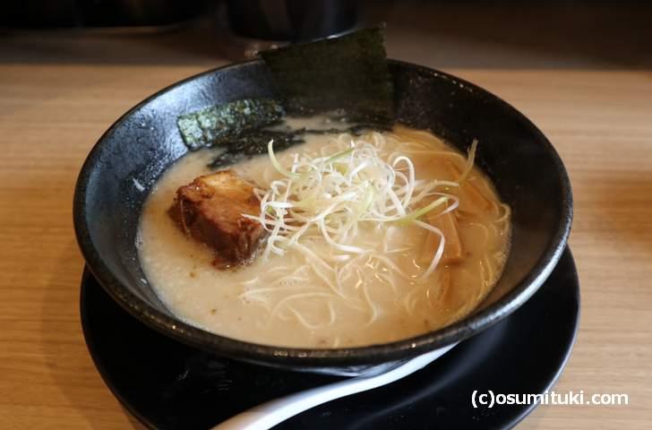 豚塩ラーメン、京都では見ない白髪ネギでテンションが上がります