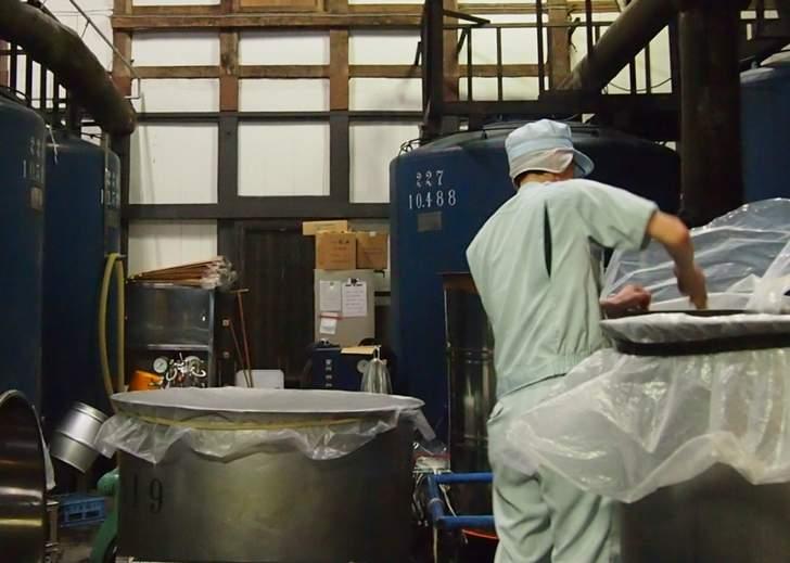 京都の松井酒造から出る酒粕を餌に混ぜて養殖するのが「よっぱらいサバ」です