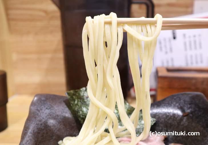 自家製麺、ツルツル感がない太麺で風味もあまり感じません(つけ麺夢人)