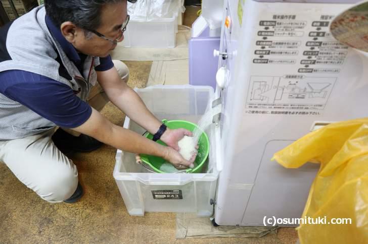 お米マイスターである居初隆一朗さんによる精米工程