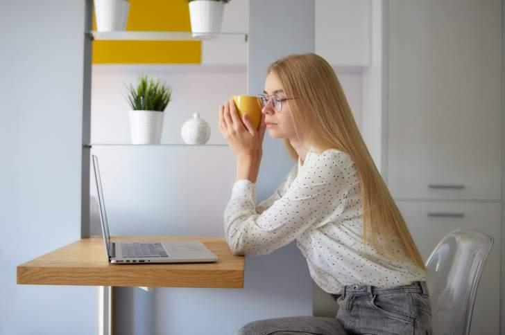 パソコン仕事をする場合は「遠近両用か中近両用、近々両用」メガネを使用