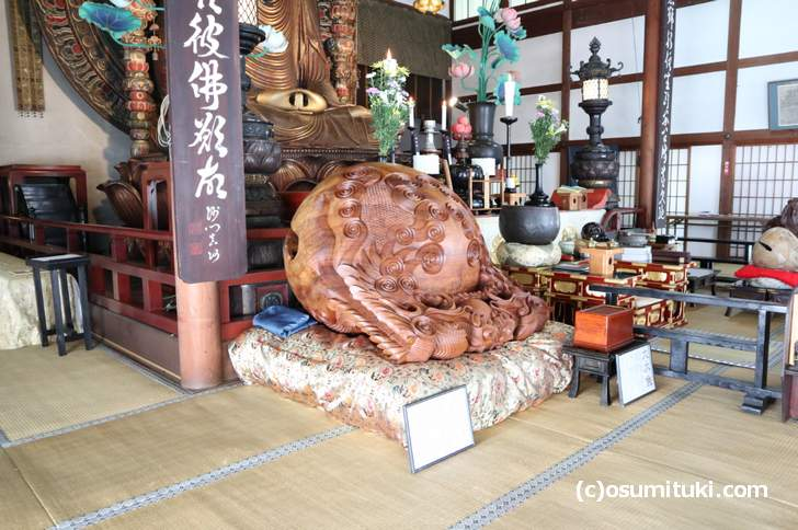 横から見た超巨大木魚(轉法輪寺)