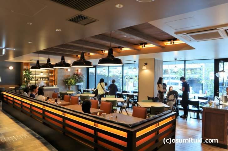 テラス席もあるホテル1階ロービーのカフェです(ブルーブックスカフェ 京都)
