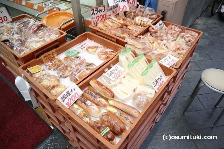 惣菜パンなど数多くのパンが店頭に並んでいます(ササキパン)