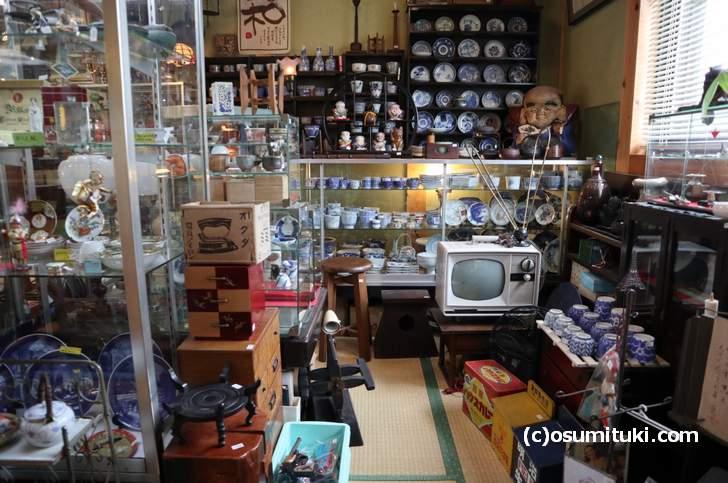 菰野町の「やすだ屋」に入ってみると生活骨董が数多く並んでいました