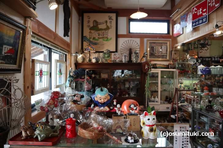 店内の左側は状態の良い骨董品がたくさん並んでいます(やすだ屋)