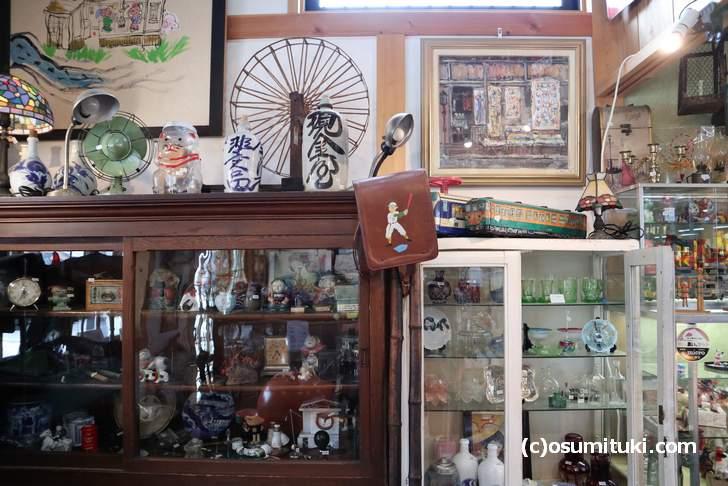 骨董市や蚤の市で買い集めた玩具などもありました(やすだ屋)