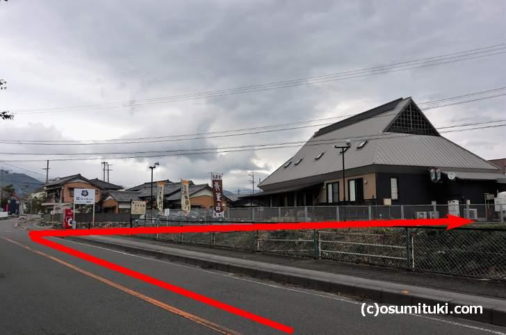 「株式会社 キコーコーポレーション」の看板と建物がある細い道を入る