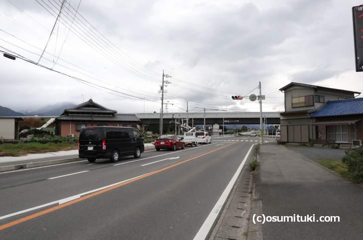 国道306号「潤田交差点」、右に「あそクリニック」、「国道477号バイパスの工事現場」を左折