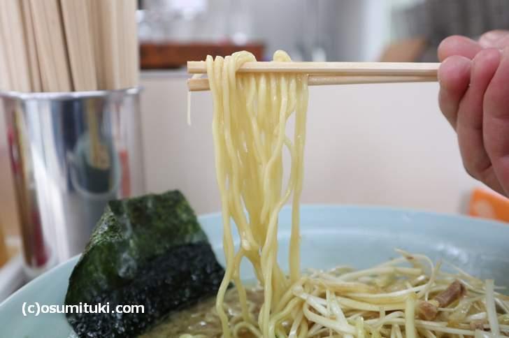 麺は低加水の普通の太さのものです(ラーメンショップ)