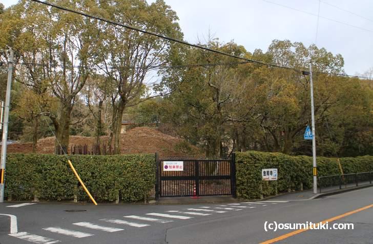 金閣寺の南東角から「島状の高まり」の奥にある洋館にも池がある