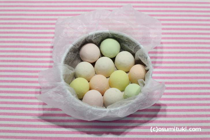 味は「緑色、黄色、ピンク色、オレンジ色、白色」で異なります(老松 彩菓)