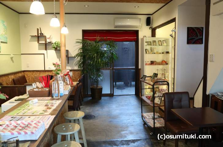 京都の嵐電「龍安寺駅」近くの「宇治茶カフェ たつどう」(店内)