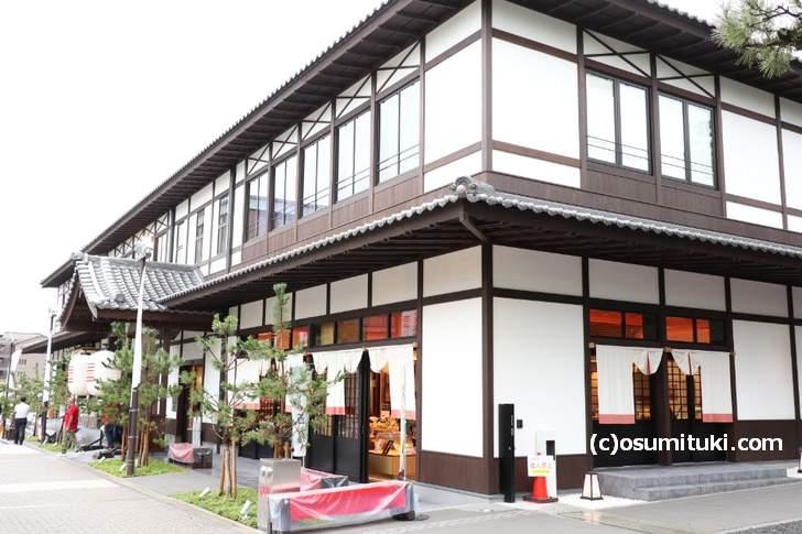 平安神宮近くの商業施設「十二十二(トニトニ)」