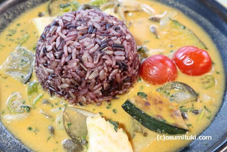 タイ米、ナスやカボチャにミニトマトのココナッツミルクカレー