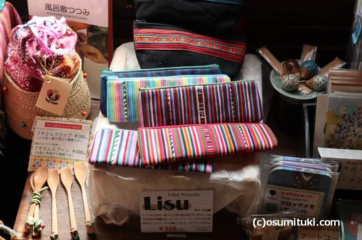 タイ・リス族がカラフルな布を重ね合わせて伝統刺繍を施したペンケース(ムーレック)
