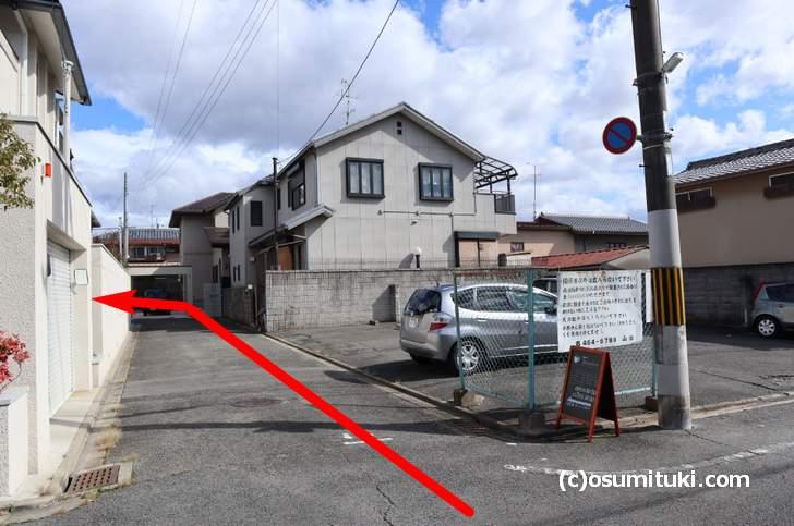 住宅地に入る私道の中にあります(カフェ Tricolore)