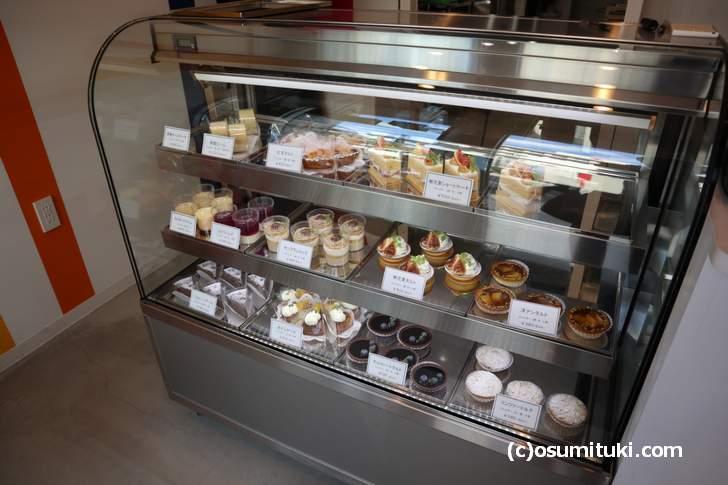 季節の果実で作られたケーキが多いようです(Patisserie 195)