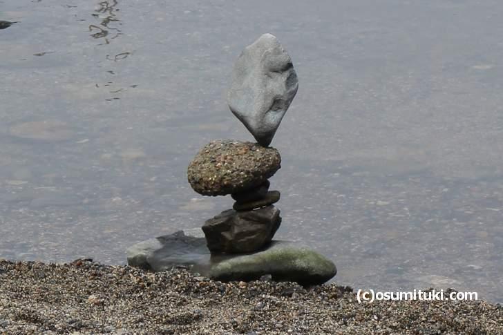 複数の石を微妙なバランス感覚で積んであるものもあります(京都・鴨川)