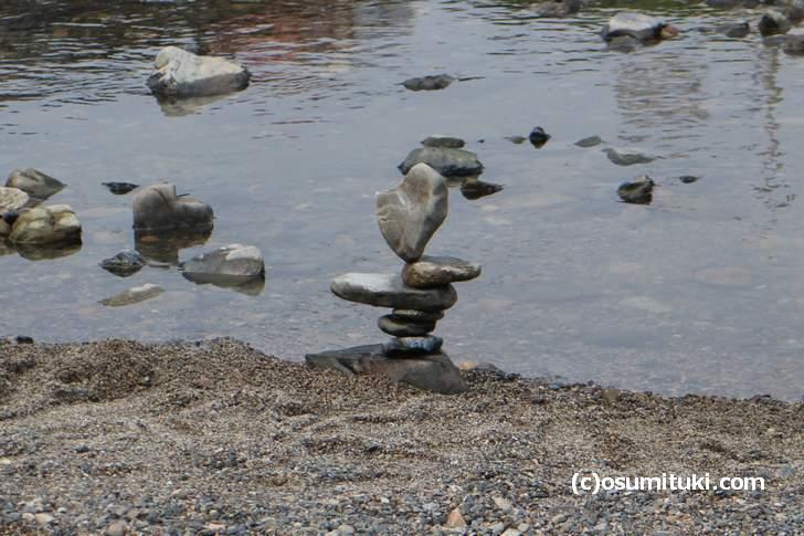 京都の鴨川には「奇跡のバランスで積まれた石」がある(2017年7月30日撮影)