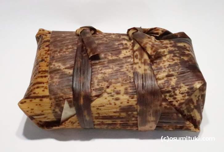 竹の皮で巻いてあるのが本来あるべき鯖寿司の姿