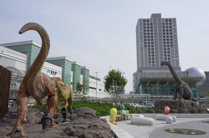 JR福井駅、恐竜王国をアピールする恐竜が並んでいます