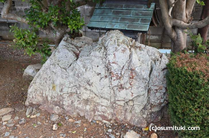 小浜市甲ケ崎(こがさき)にある「象つなぎ岩」