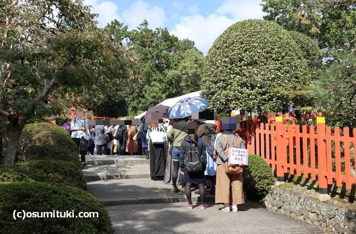 建勲神社に到着、めっちゃ混んでます!