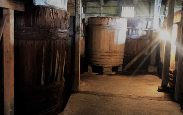 石孫本店では今でも木桶を使って味噌や醤油を醸造しています