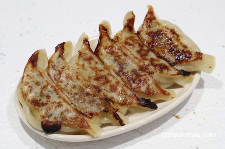 地元の常連さんは生餃子で買って家で焼いてすぐ食べるそうです(餃子の虜や)