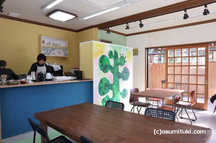 店内には絵が飾られており「こどもアトリエ」もされています(カフェとアトリエ)