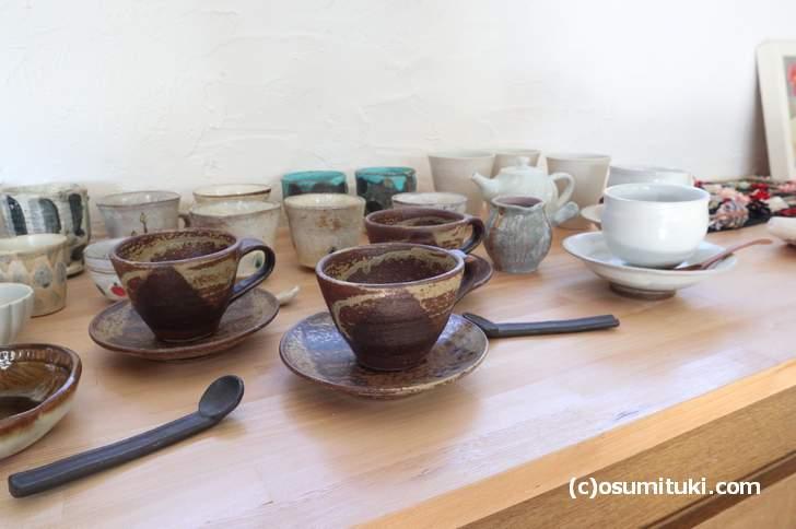 コーヒーカップなどの陶器製品が並んでいました(カフェとアトリエ)