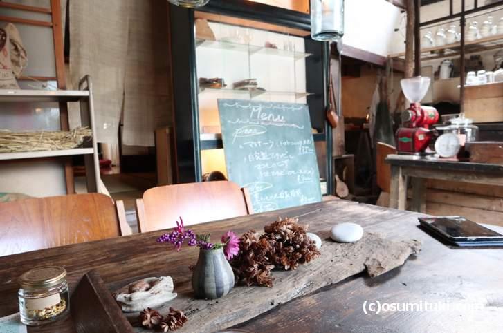 京都・京北にあるカフェ「松橋雑貨店」は古民家を手づくりで改装したカフェです