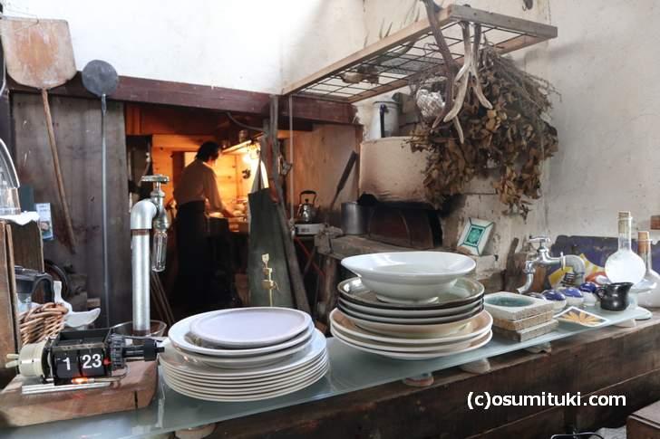厨房には壁をぶち抜いて手づくりした石窯があります(松橋雑貨店)