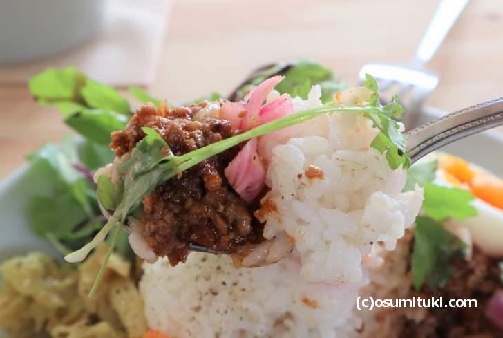 ご飯も押し麦が使われており栄養価の高いカレーです(KULM)