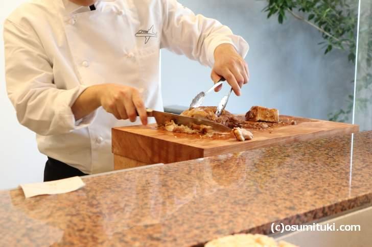 シェフが肉をカット、ミスチル流れる店内が斬新な「麺屋 聖~kiyo~」