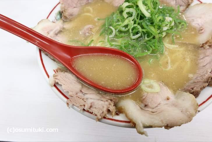 スープは鶏ガラを感じる鶏ガラ豚骨です(あかつき)