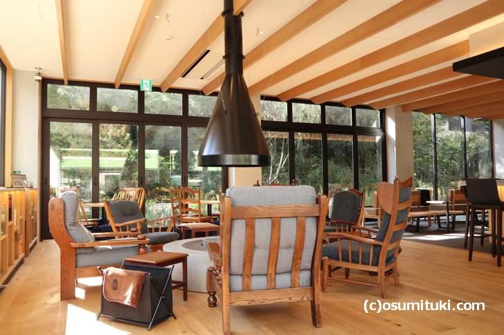 外がよく見える店内でソファで寛ぎながらカフェできます(YADO Cafe)