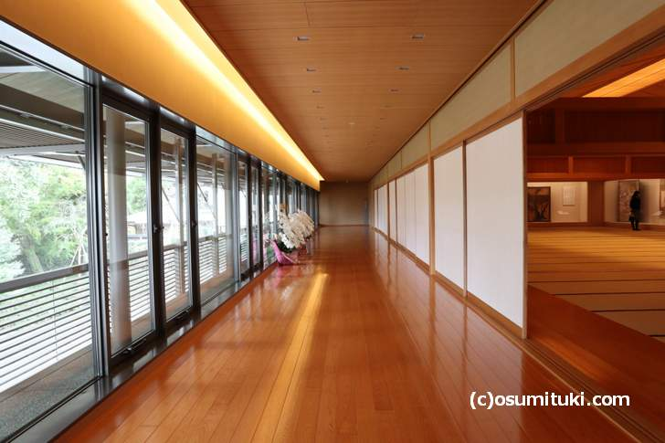 嵯峨嵐山文華館、二階のギャラリーは靴をぬいで畳の大広間で見るギャラリー